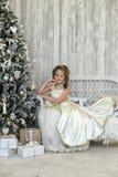 Winterprinzessin am Weihnachtsbaum Stockfotografie