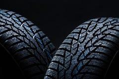 Winterreifen auf schwarzem Hintergrund mit contrasty Beleuchtung lizenzfreie stockfotos
