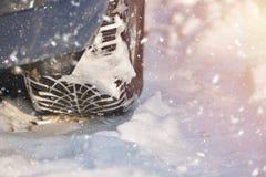 Winterreifenbahn auf Schnee, Winterreifenkonzept, schneebedeckter Tag Stockbild