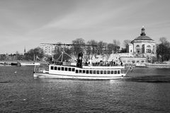 Winterreise durch Boot Stockbild