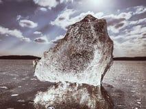 Wintersaison in gefrorenem Fluss Glänzende Eiszapfen gebrochen auf gefrorenem milchigem Wasserspiegel lizenzfreies stockfoto