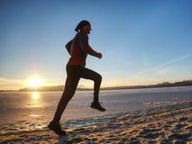 Wintersaison und gesundes Konzept - Mann, der entlang See läuft stockbild