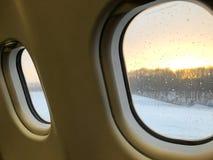 Wintersaison vom Fensterflugzeug stockbild