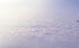 Wintersaisonhintergrund Schneeoberflächennahaufnahme mit funkelnden Lichtern der Weichzeichnung und des bokeh Stockfotos