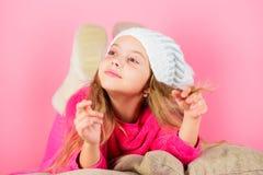 Wintersaisonkonzept Wintermode-accessoire Winterzusatzkonzept Haartraum-Rosahintergrund des Mädchens langer zicklein lizenzfreie stockbilder