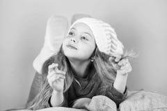 Wintersaisonkonzept Wintermode-accessoire Winterzusatzkonzept Haartraum-Rosahintergrund des Mädchens langer zicklein stockfotografie
