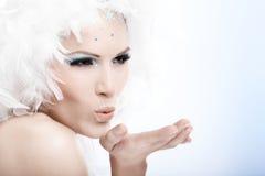 Winterschönheit, die einen Kuss in der Luft durchbrennt lizenzfreies stockbild