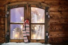 Winterschal, der in einem Weihnachtsfenster hängt Lizenzfreie Stockfotos