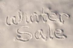 Winterschlussverkauf im Schnee Stockbilder