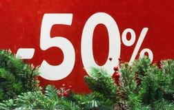 Winterschlussverkauf 50 Prozent Roter Hintergrund lizenzfreie stockbilder