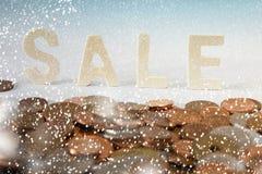 Winterschlussverkaufbuchstaben im Schnee Stockfotografie