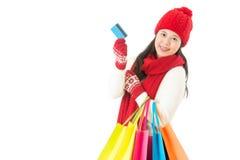 Winterschlussverkaufeinkaufen mit Kreditkarte Asiatische Frau Stockfotos