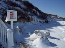 Winterschnee auf Brewster Ma Ufer, Cape Cod-Bucht Stockfoto