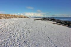 Winterschnee auf Dornoch-Strand Stockbild