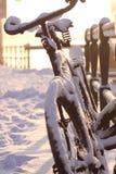 Winterschnee auf einem Fahrrad Stockbild