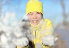 Winterschnee-Kampfmädchen, das werfenden Schneeball spielt Stockfotografie