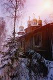 Winterschneebäume mit heller gelber Sonne mit langen sonnigen Strahlen Lizenzfreie Stockfotos