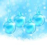 Winterschneeflockenhintergrund mit Weihnachtsglaskugeln Stockfotografie