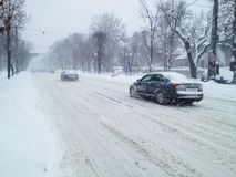 Winterschneesturmverkehr lizenzfreie stockfotos