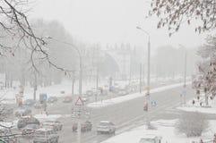 Winterschneeunfall in einer Stadt Schneesturm auf einer Straße, Autos im Schnee Lizenzfreie Stockbilder