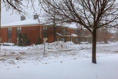 Winterschneien und Schlagwohngebiet des Winds im Blizzard Stockfoto