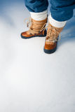 Winterschuhe im Schnee Lizenzfreie Stockbilder