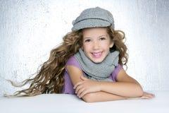 Winterschutzkappe wenig Art und Weisemädchenwind auf Haar Lizenzfreie Stockbilder
