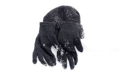Winterschwarzes Knit-Handschuhe und warmer Hut auf einem Schnee Lizenzfreie Stockfotos