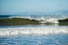 Winterschwellen und starke Winde macht große Fässer Stockbilder