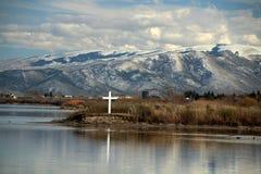 Winterse kruis en bergscène langs kant de Slangrivier in Burley, identiteitskaart Royalty-vrije Stock Foto's