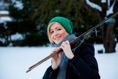 Winterskifrau lizenzfreie stockfotos
