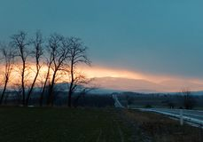 Wintersonnenaufgang über dem Berg stockfotografie