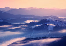 Wintersonnenaufgang in den Bergen Lizenzfreies Stockbild