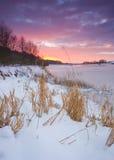 Wintersonnenaufgang an Yorkshire-Reservoir Lizenzfreie Stockbilder