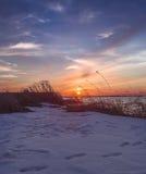 Wintersonnenuntergang auf dem Meer Stockfotografie