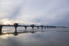 Wintersonnenuntergang auf dem Pier in Miedzyzdroje Stockbilder
