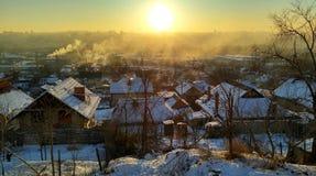 Wintersonnenuntergang auf den Stadtränden von einer Großstadt Stockfotos