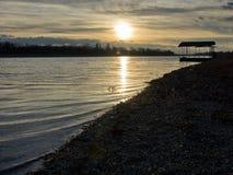 Wintersonnenuntergang auf einem See Lizenzfreies Stockbild