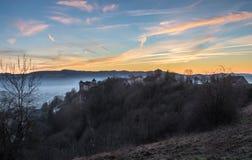 Wintersonnenuntergang in der Ost-Frankreich-Schlosslandschaft, Belvoir lizenzfreie stockbilder