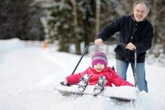Winterspaß: eine Fahrt auf eine Schneeschaufel haben stockbild