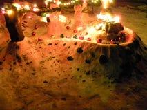 Winterspaß einschließlich Weihnachtslichter und -Schneemänner Stockfotografie