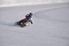 Winterspeedway die eisige Spur, schält Knie ein Stockfotos