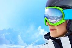 WinterSport,雪板运动-年轻挡雪板女孩画象滑雪胜地的 免版税库存图片