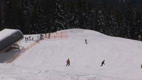 wintersport dello snowboard e dello sci in Austria archivi video