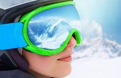 WinterSport, Snowboarding - Porträt des jungen Snowboardermädchens am Skiort Ein Gebirgszug reflektiert in der Sturmhaube Lizenzfreie Stockbilder
