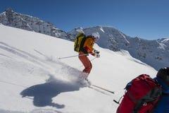 Wintersportaktion - pulverisieren Sie Skifahren in den Alpen Stockbild
