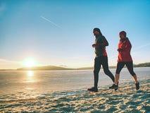 Wintersportlektion Ausbildungsau?enseite der aktiven Leute der Eignung lauf lizenzfreies stockbild