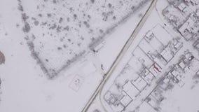 Winterstadt, Luftbildkamera, die Kamera fliegt über die schneebedeckte Stadt in Russland stock video