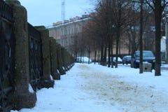 Winterstadtdamm, bedeckt mit Schnee Stockbild