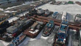 Winterstellung von logistischen Schiffen, Luftschmierfilmbildung stock video
